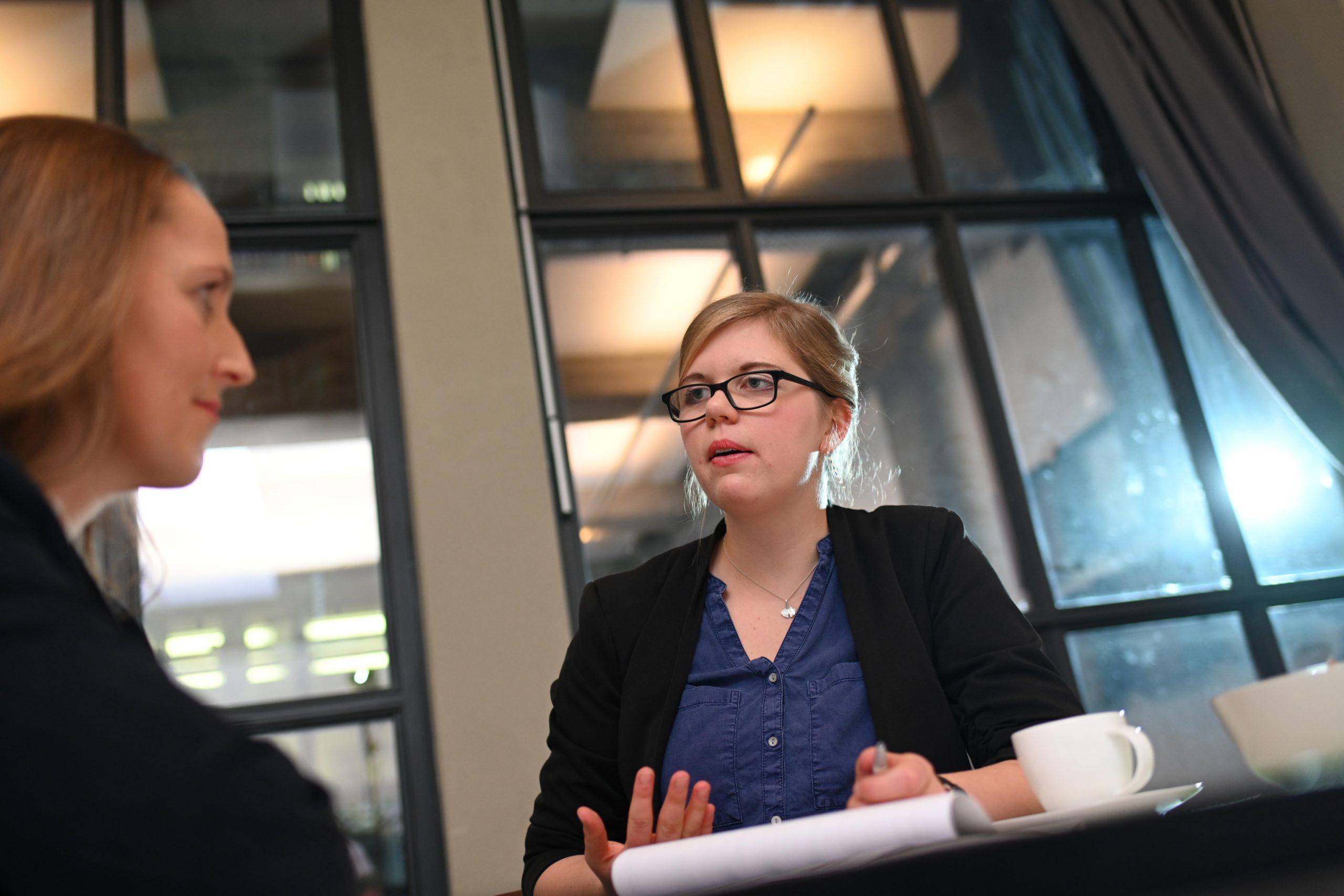 Bewerrber udn Personaler diskutieren Kriterien Personalauswahl