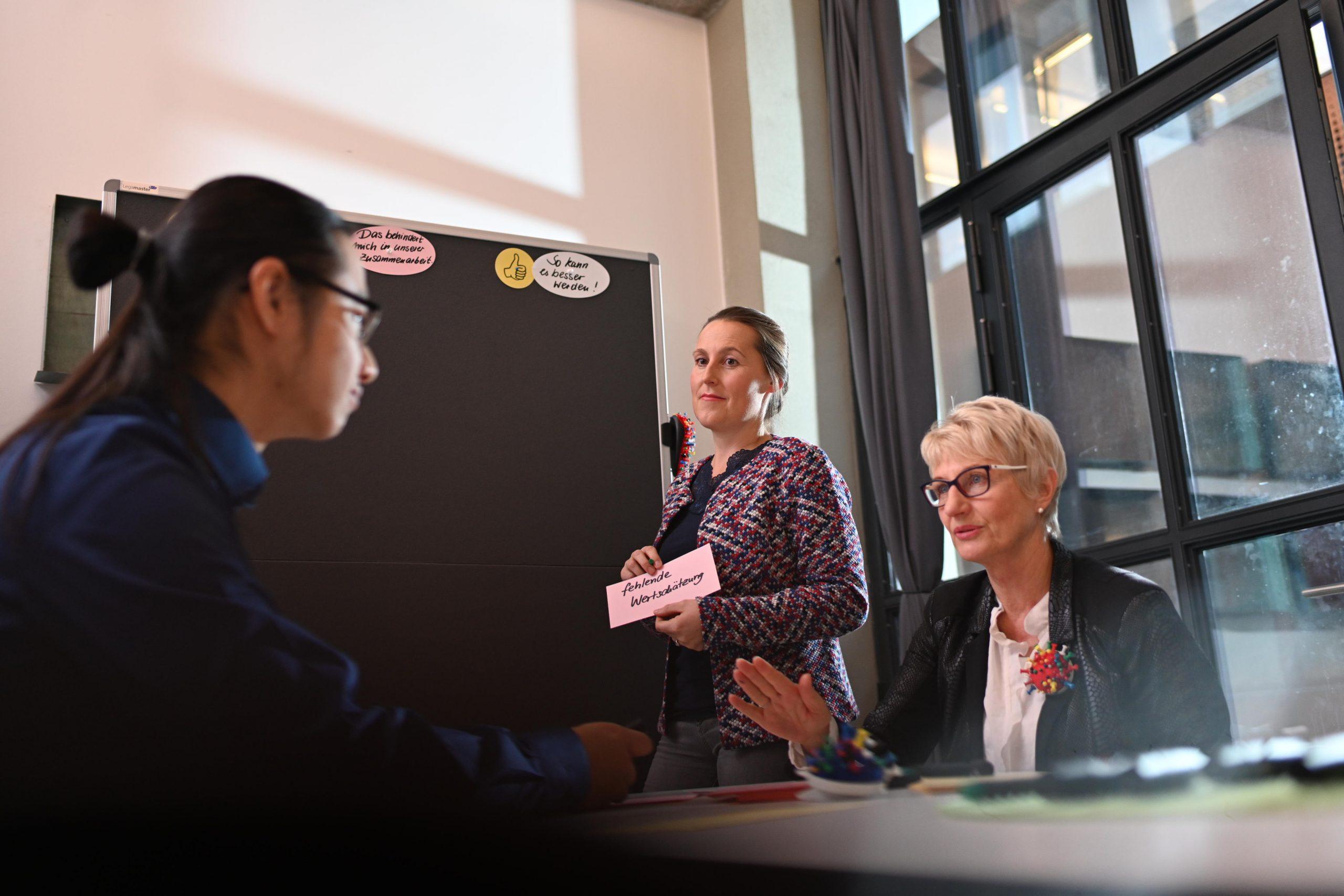 Mediatorin klärt Konflikte zwischen Mitarbeitenden