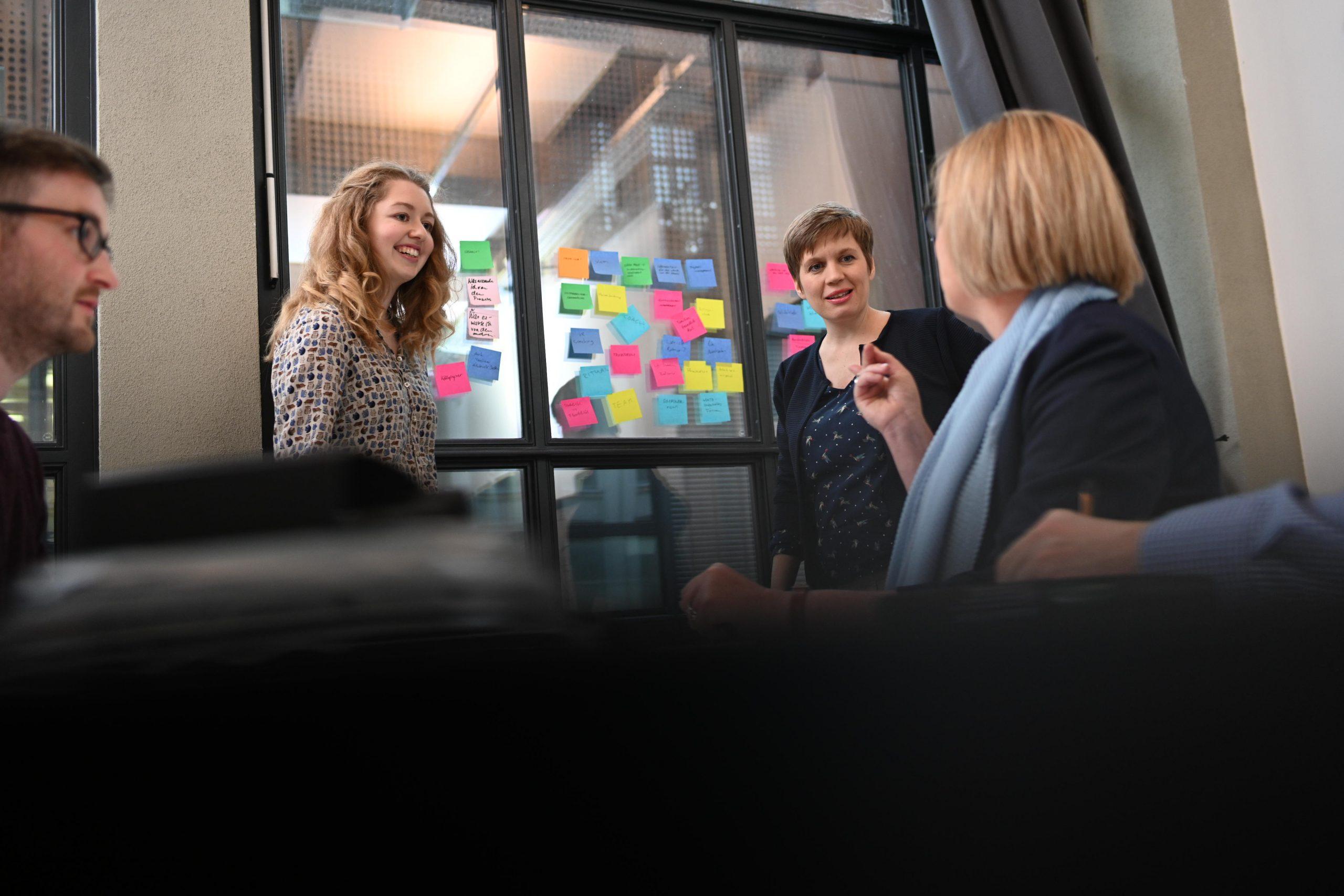 Mitarbeitende diskutieren ihre Veränderungsprozesse