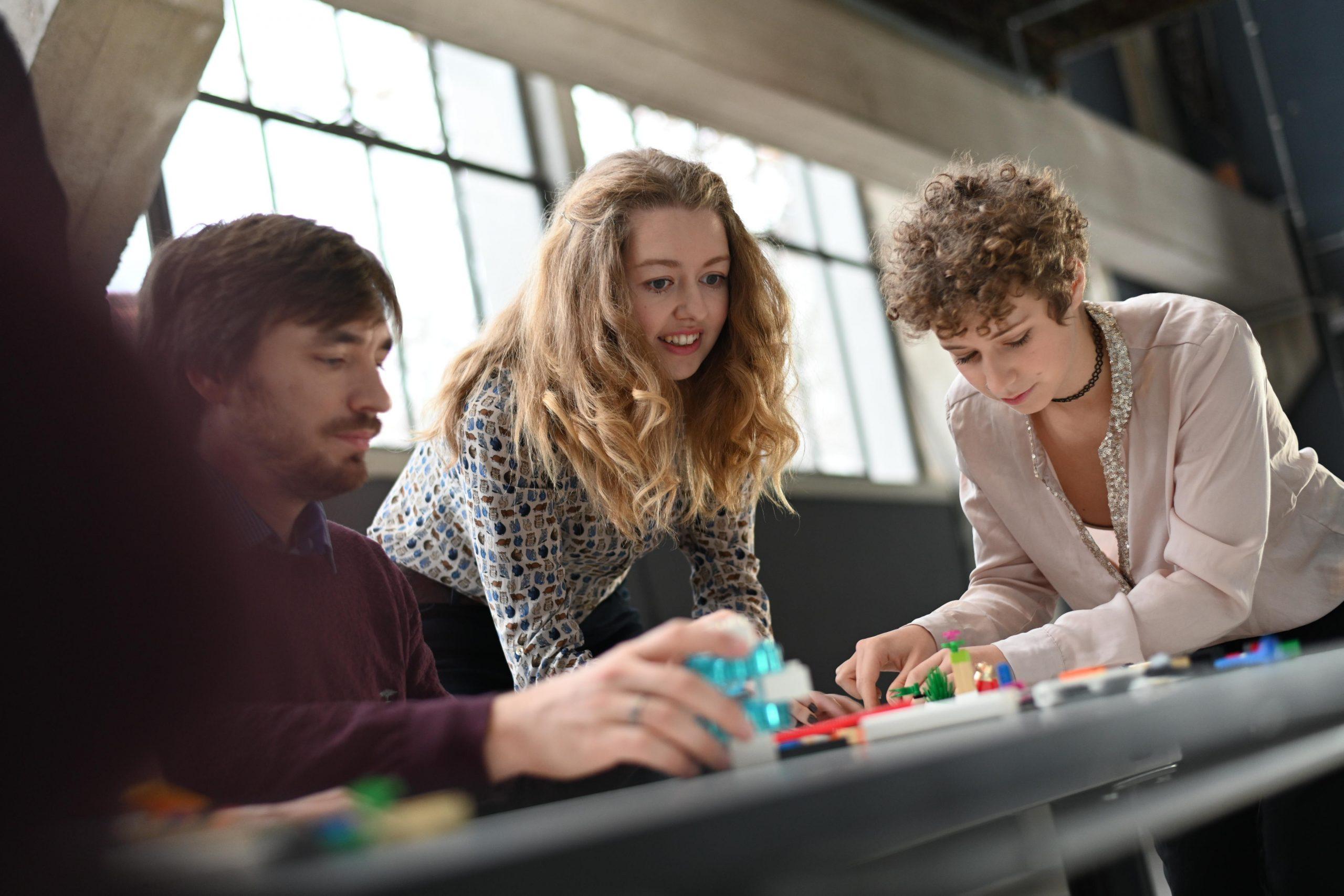 Teilnehmer Teamworkshop arbeiten gemeinsam