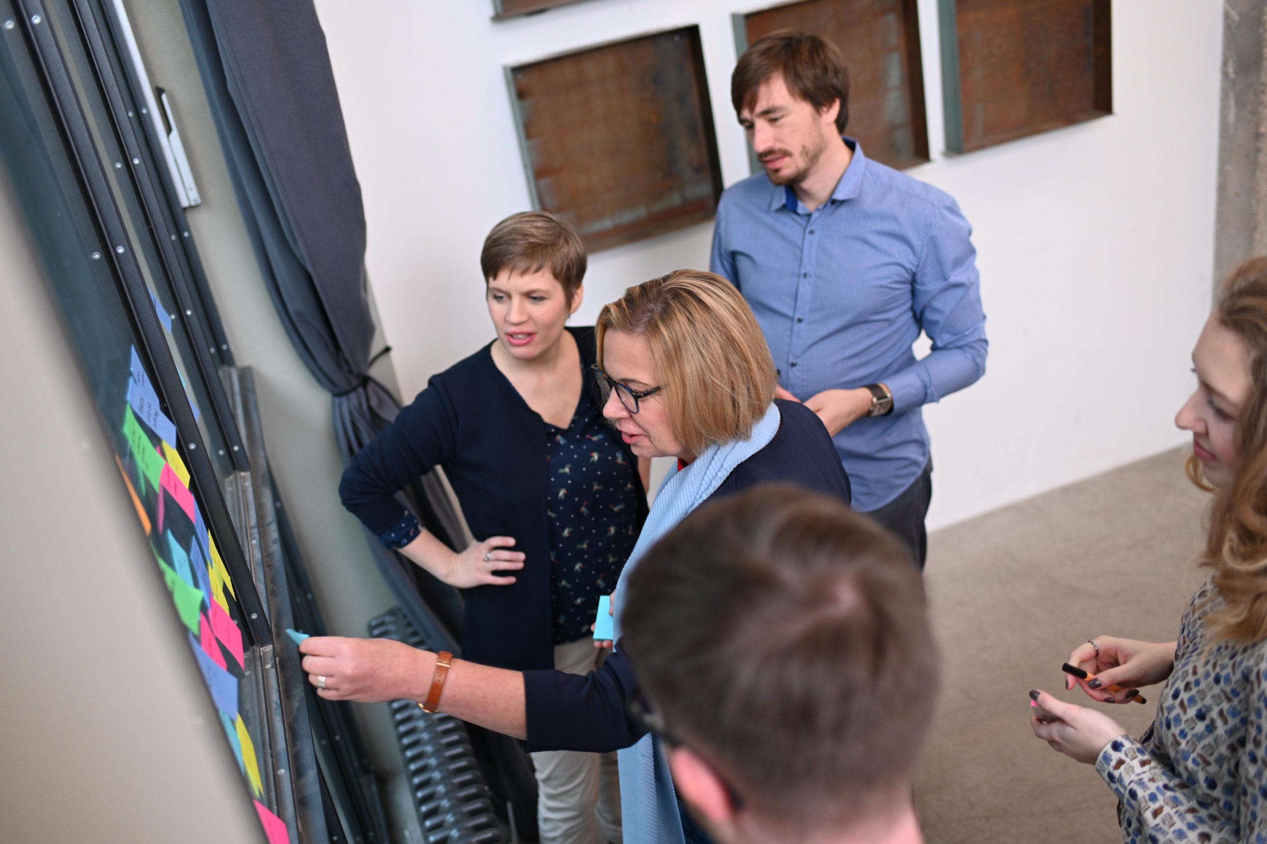 Moderatorin begleitet in einem Team einen Change Management Prozess