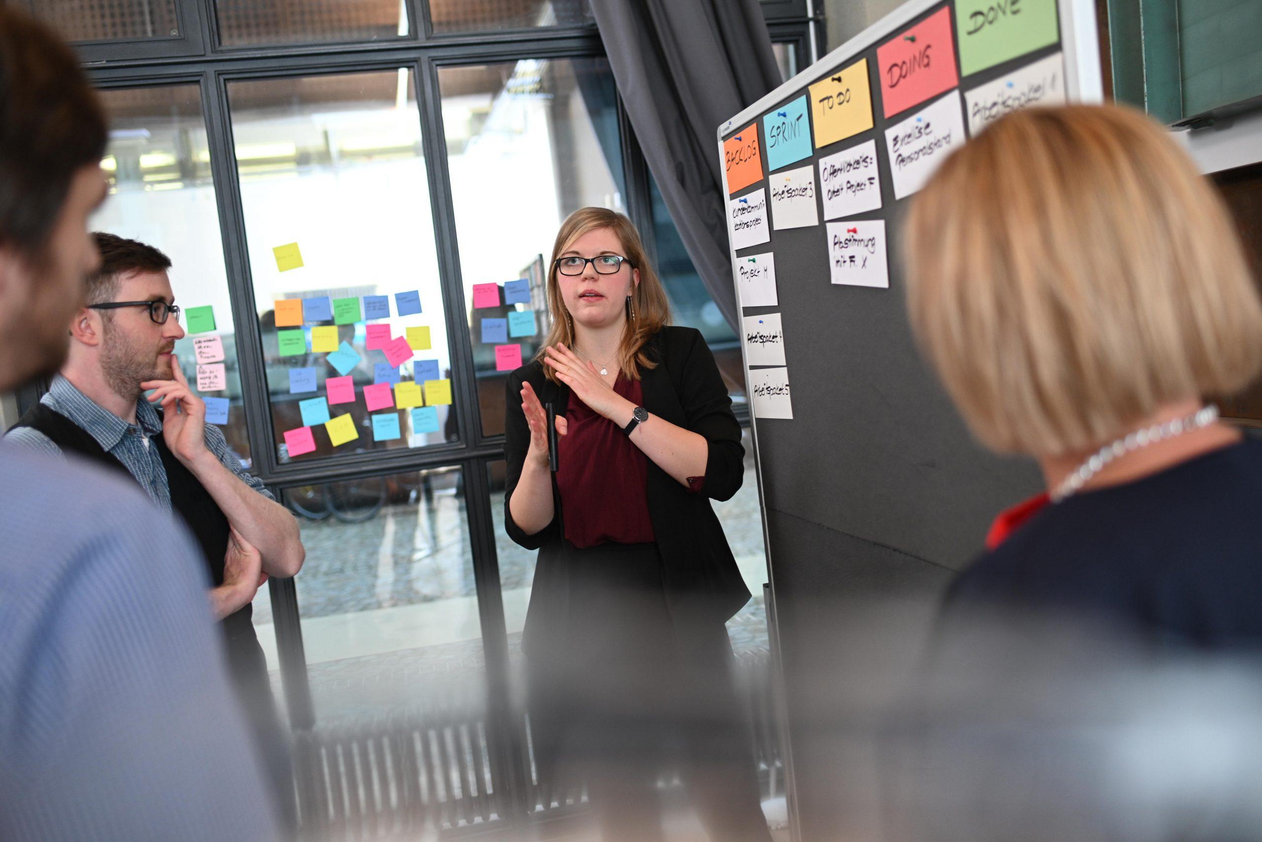 Trainerin erklärt im Seminar agile Methoden