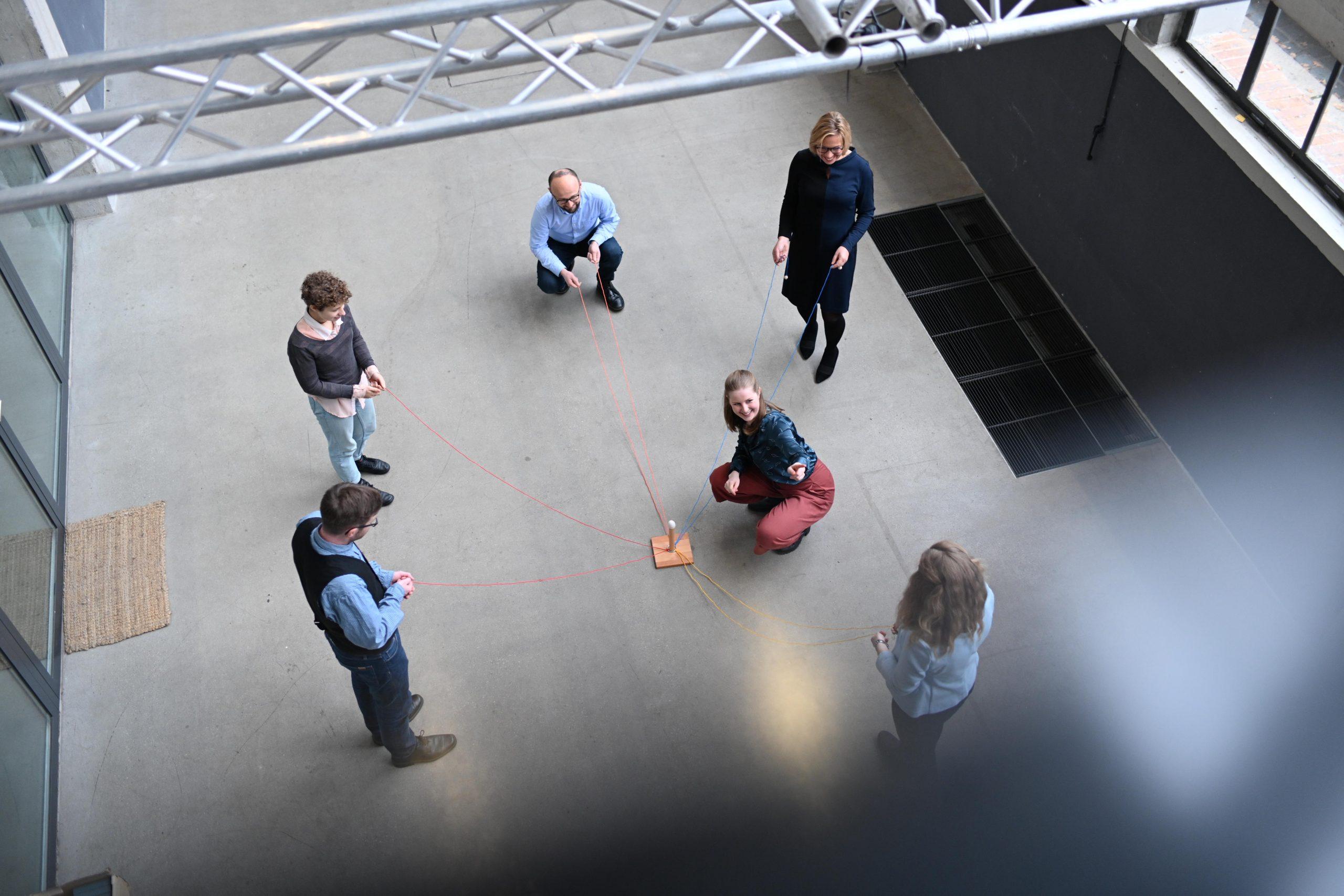 Teilnehmer eines Teamworkshops bei einer Übung