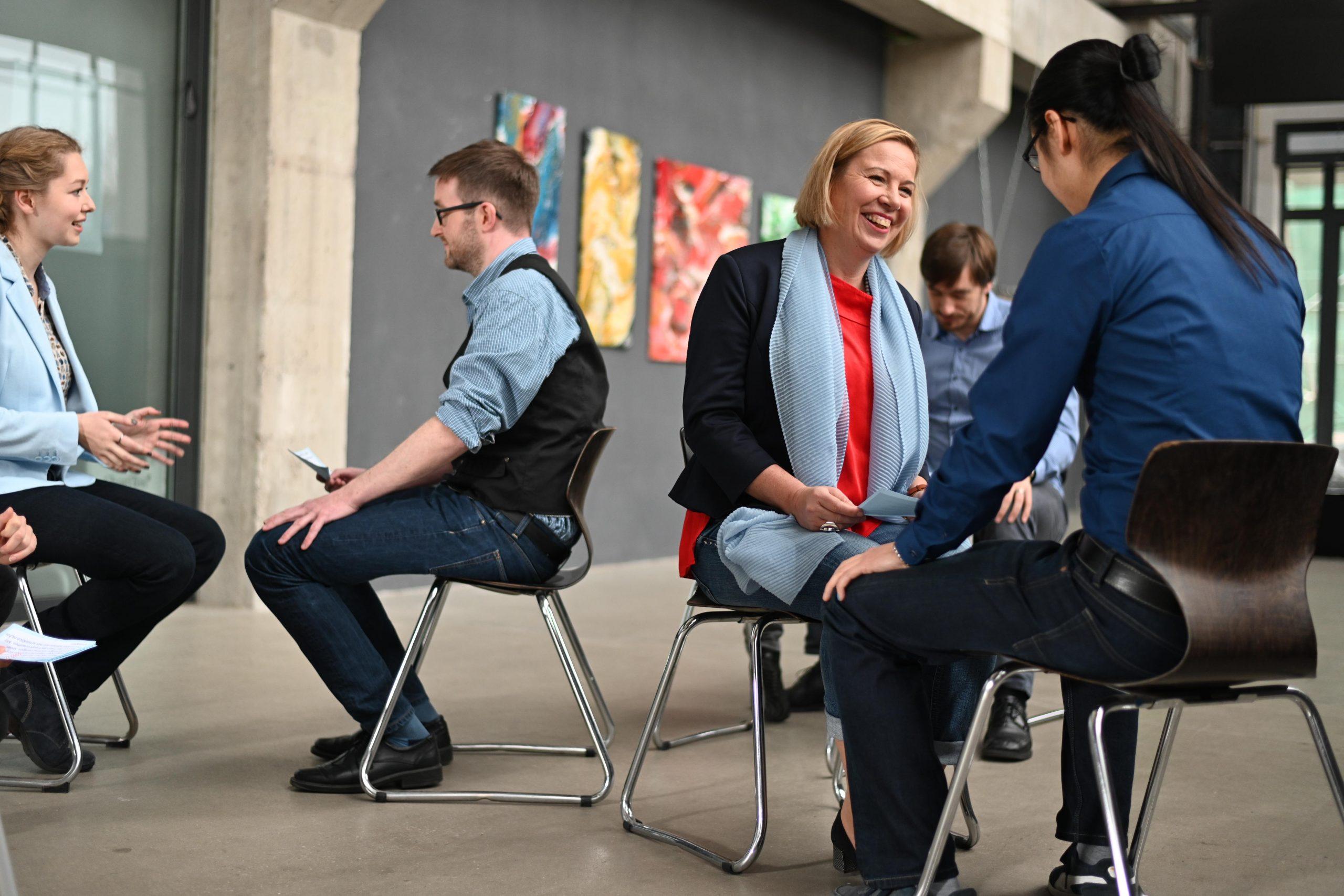 Seminarteilnehmer miteinander im Gespräch