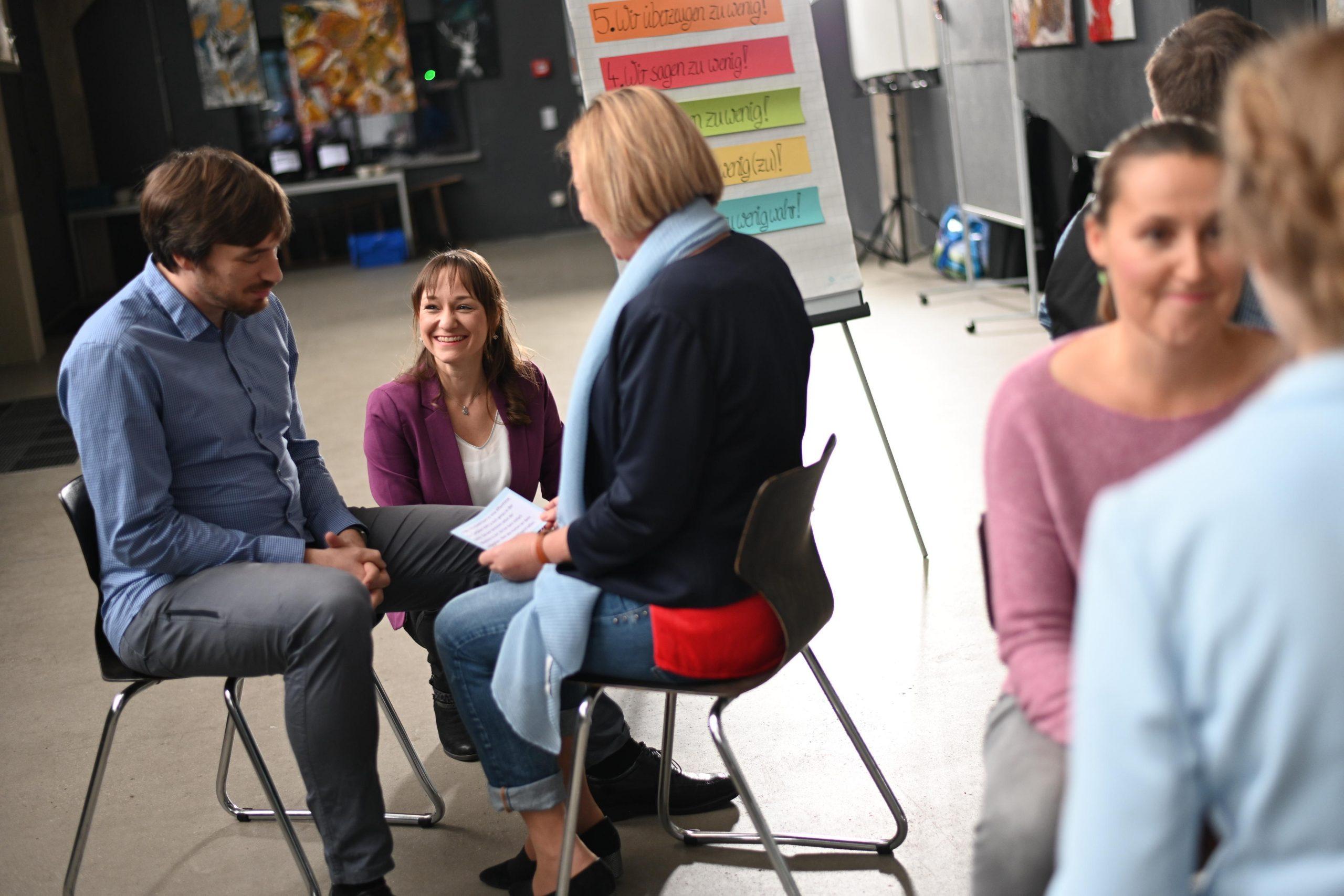 Seminarleiterin und Teilnehmer in einer Kommunikationsübung