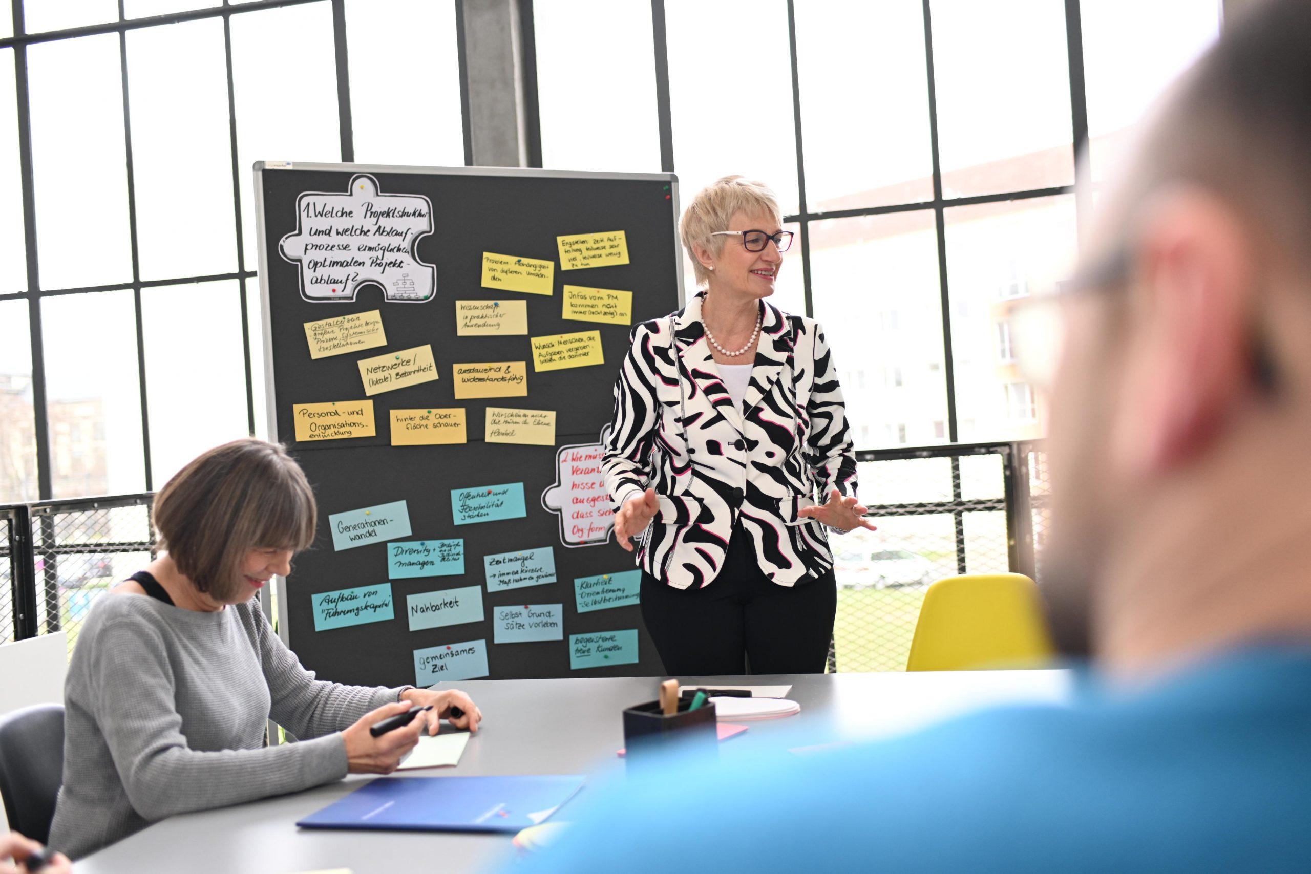 Trainerin eines Seminars mit Führungskräften