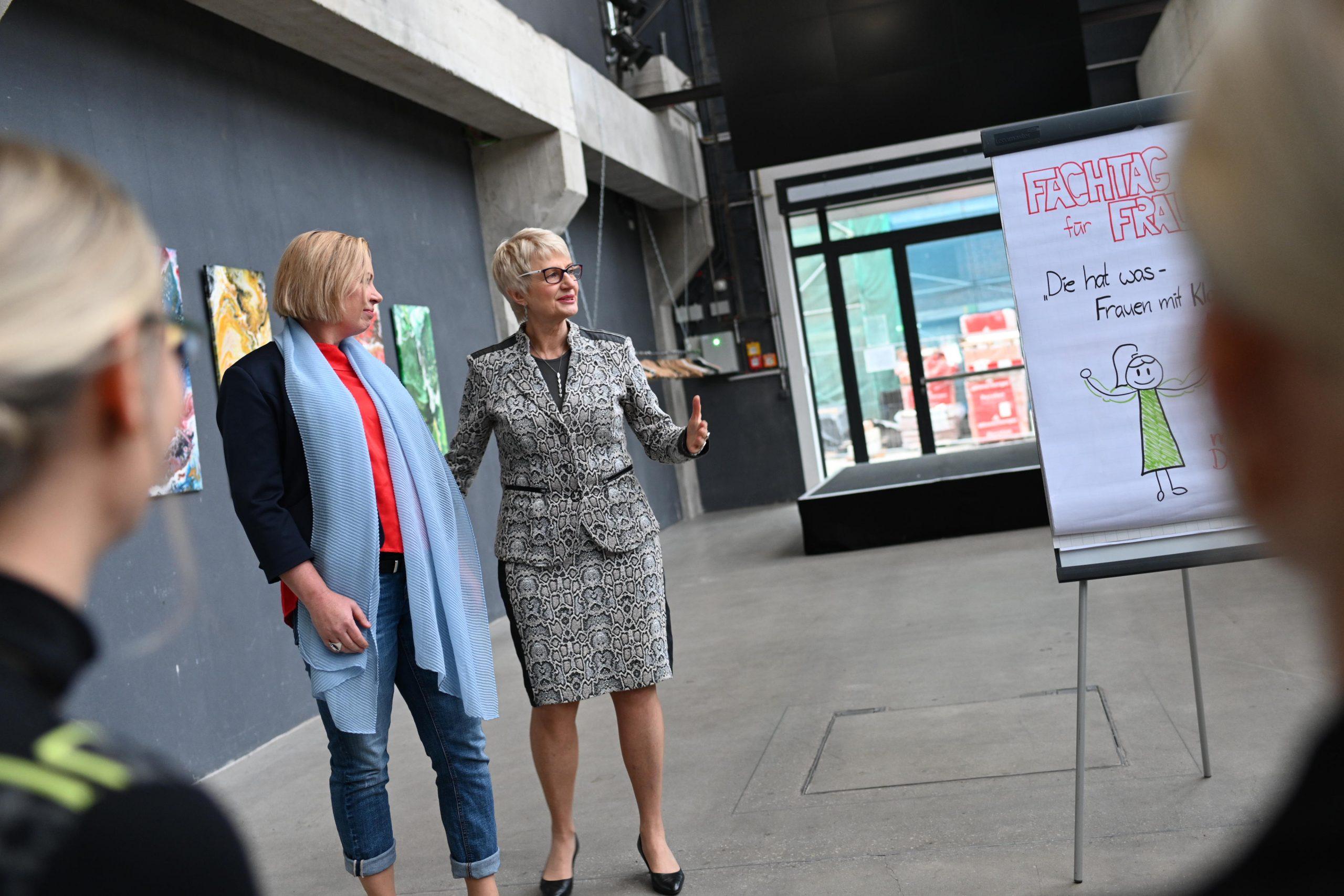Ulla Nagel im Gespräch mit Führungskraft